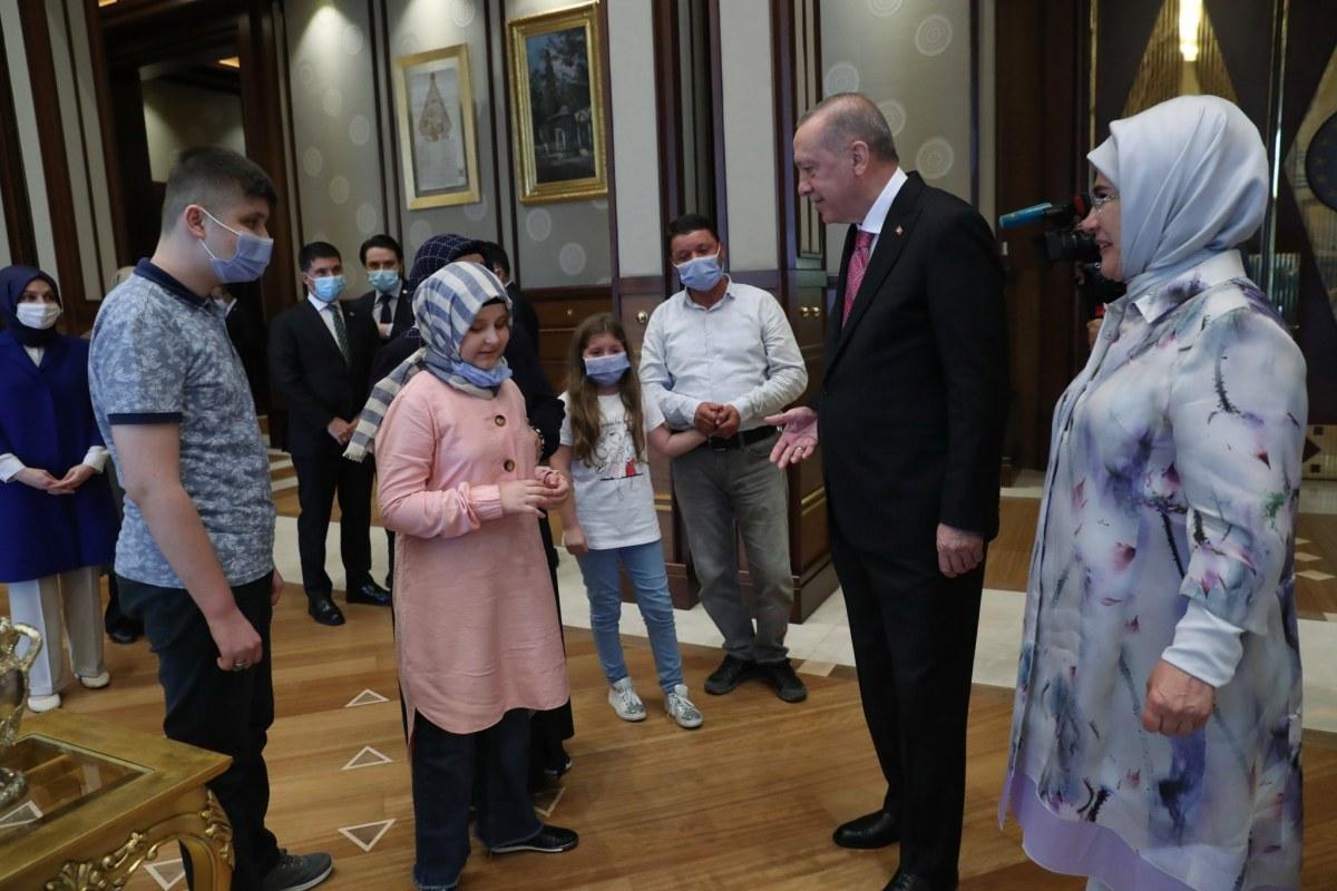 بالمجمع الرئاسي.. أردوغان يكرم طفلة كفيفة حفظت القرآن الكريم خلال عام واحد